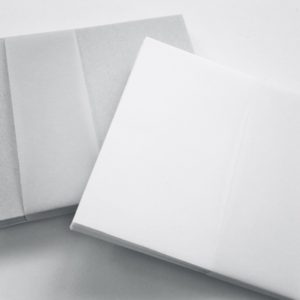 Kleine grijze en blanco envelopjes