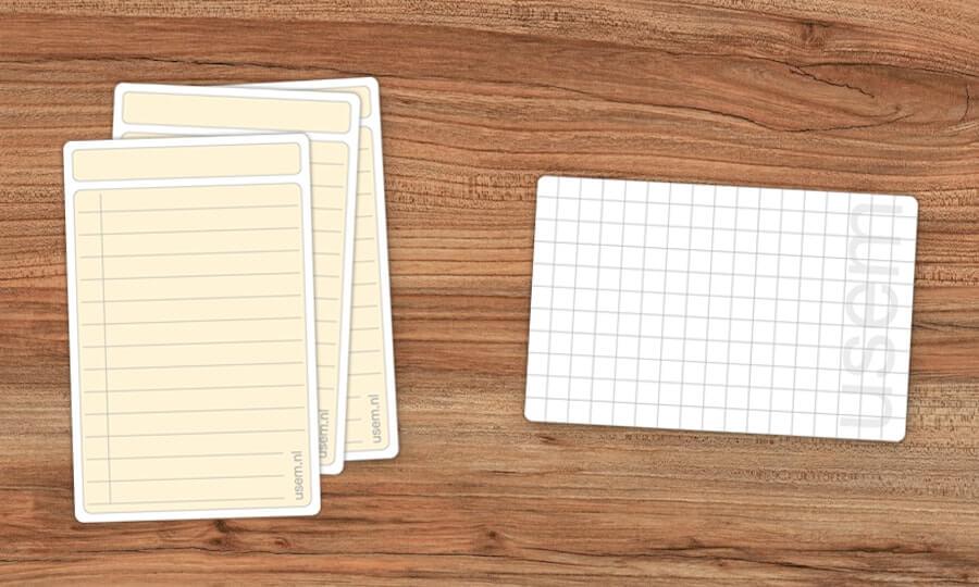 Verticale usem-notitiekaartjes op houten tafel