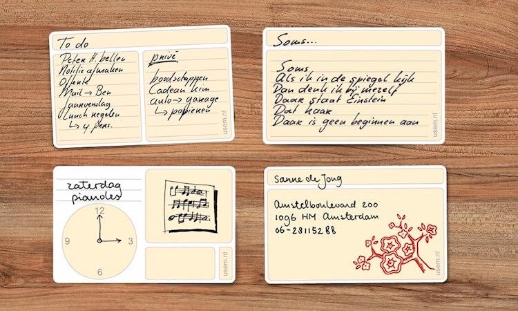 Houten tafel met vier beschreven notitiekaartjes
