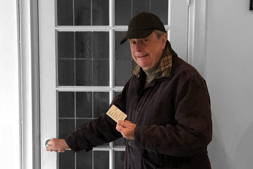 David Allen with a usem note card as shopping list