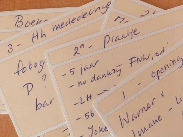 Kaartjes van mooi papier als geheugensteuntje