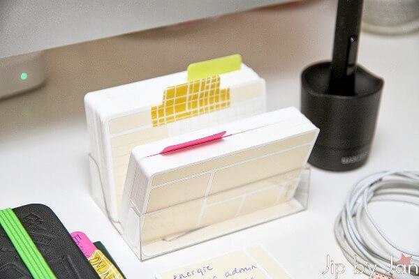 usem-notitiekaartjes in transparant bureaubakje