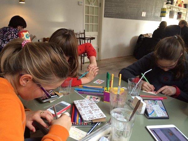 Schrijvende en kleurende kinderen