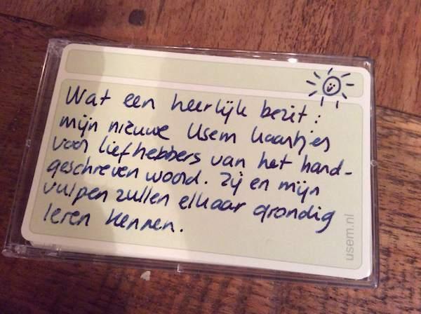 Handschrift met vulpen op usem notitiekaartje.