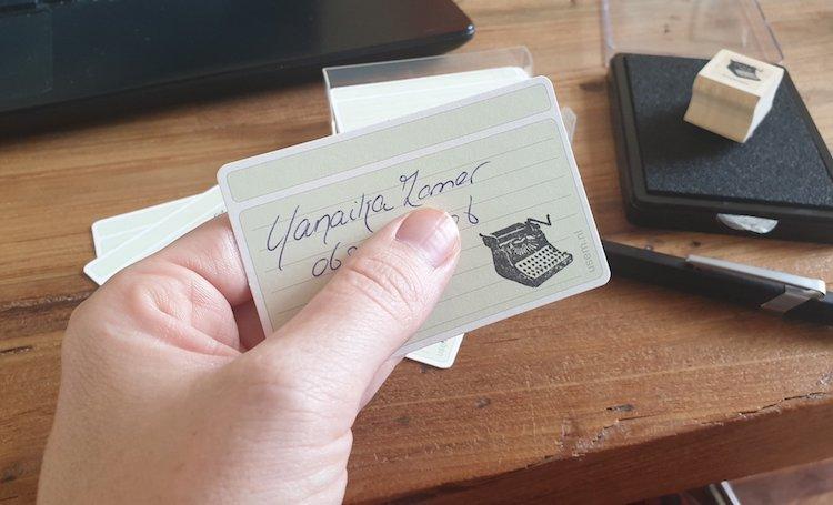 Handgeschreven visitekaartje met stempel van schrijfmachine