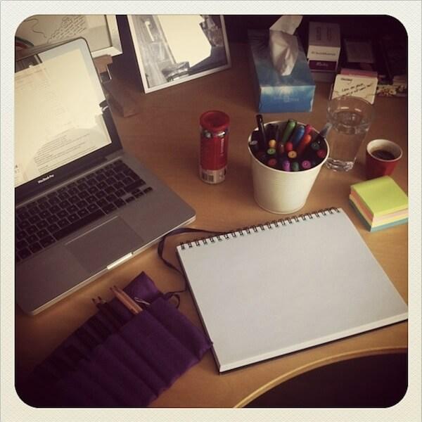 Bureau met schrijfwaren